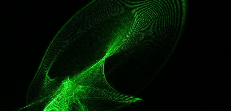 laser verde attraversa un vetro irregolare