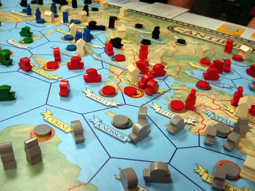 Antike: tabellone di gioco con meeple (flotta, templi, soldati) schierati