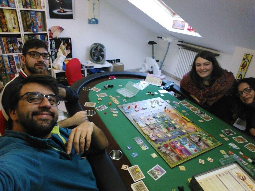 Foto di gruppo con Nynaeve, Giullare barbuto, Giullaressa ed Asgard in tavola. Ah si, e Renberche!