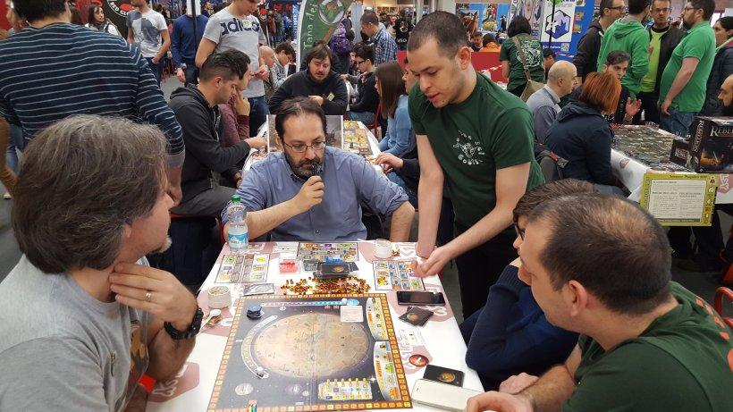 Spiegazione in corso al tavolo di Terraforming Mars nell'area Goblin Magnifico di Play 2017