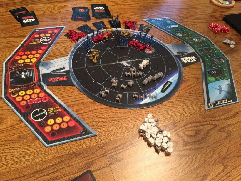Il gioco di carte di Risk: Star Wars Edition predisposto sul tavolo