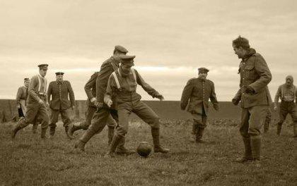 """Partita di calcio improvvisata tra soldati britannici e tedeschi nella """"terra di nessuno"""" durante il Natale 1914."""