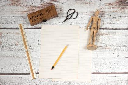 Blocco note, matita, forbici, righello.. Armiamoci del necessario per i giochi da tavolo fai da te!