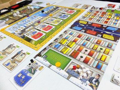 La coloratissima plancia del gioco